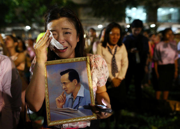 A woman weeps after an announcement that Thailand's King Bhumibol Adulyadej has died, at the Siriraj hospital in Bangkok, Thailand, October 13, 2016. REUTERS/Athit Perawongmetha